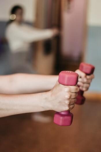 運動不足は、夜眠りにくくしたり体力が落ちたりする原因になります。まずは家の中でもできる筋トレやストレッチなどを一日30分程度することを習慣にしてみましょう。