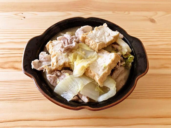 たっぷりの白菜と厚揚げ&豚肉。具材はシンプルだけど、食べ応えがあるお鍋系スープ。あっさりした味付けで、サクサクいただけます。ひじきごはんとの組み合わせはボリューム感もちょうど良く、しっかりパワーチャージできそうです。