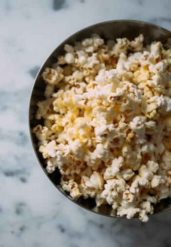 「今日はひたすら映画を観る!」と決めたらひたすらその日は夜更かしOK!ひたすら映画の世界にひたりましょう。