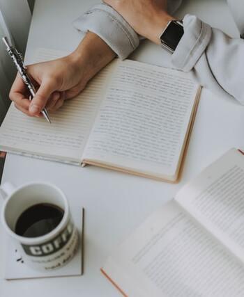 スキンケアが外から自分と向き合うことなら、日記は内側から自分と向き合うこと。日記に毎日思いを書いて整理することで、今のモヤモヤの原因や解決策も少しずつ見えてくるかも。