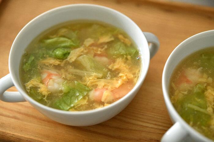 エビの旨味がたっぷり詰まったスープをかきたま仕立てに。レタスと生姜を加えることでスッキリとした味わいになります。たこの炊き込みごはんとの相性もバッチリですよ。