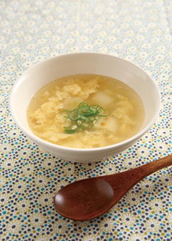 中華定食に出てきそうなふんわり卵のスープ。ごま油で炒めたネギがいいアクセントになっています。メイン料理の箸休めにもなる優しい味わいが魅力です。