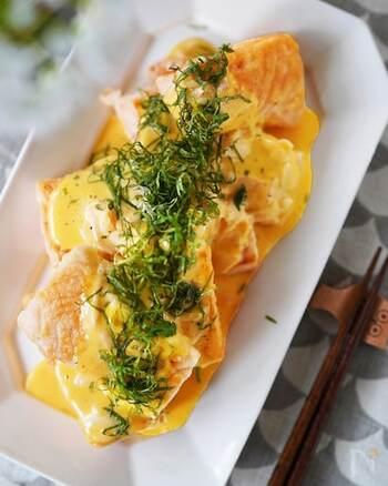 揚げ焼きした鮭に、ガリ入りのタルタルソースをかけて食べるアイディアレシピです。タルタルソースはゆで卵ではなく卵黄を使うのでクリーミーな仕上がりに。卵を茹でたり冷ましたりする時間や手間がかからないので、時短に繋がります。10分で作れるとは思えないほどのごちそうレシピです。コンデンスミルクやガリなど材料を揃えてぜひチャレンジしてみてください。