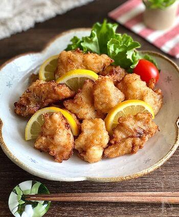 いつものから揚げにマンネリを感じてしまったら、鱈のから揚げはいかがでしょうか。お肉にはないふわふわの食感と、あっさりとした味はやみつきになるおいしさです。調味料にお酒を入れることで、鱈がより一層ふわふわに仕上がります。おかずはもちろん、おつまみやお弁当にもおすすめのレシピです。