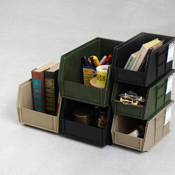 小物類もコンパクトな「MOLDING(モールディング)」のコンテナに入れて収納すればスッキリとまとまります。重ねて使えるので空間を有効に使えるのもポイントです。