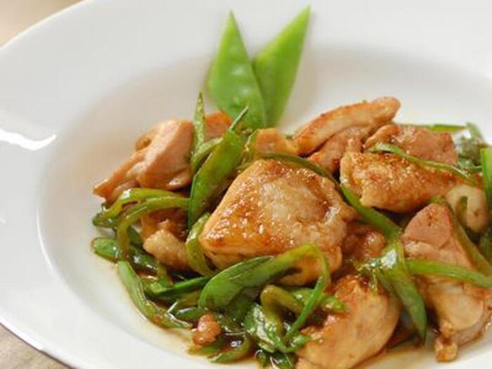 鶏のもも肉と絹さやで作る照り焼き。ジューシーな鶏もも肉に食感の良い絹さや、さらに柚子胡椒の香りと辛さがご飯やお酒を美味しくしてくれます。手早く作れるので、忙しい夜のおかずや翌日のお弁当のおかずにも◎。