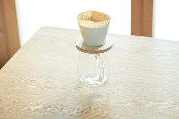 筆者も次に欲しい!と思っているのが、TORCH(トーチ)のコーヒードリッパーです。カフェを経営されていた中林孝之さんによる、「TORCH」のアイテム。今や、世界中から注目を集めているドリッパーです。代表的なものは、1〜3杯分のコーヒーを淹れられる「ドーナツドリッパー」。雑味のないすっきりとしたコーヒーに仕上がります。もうひとつは、1〜2杯分のコーヒーを淹れられる「マウンテンドリッパー」。少ない量の豆でも、美味しく淹れられるように工夫されたドリッパーです。TORCHのコーヒードリッパーは、そのままマグカップにのせて直接コーヒーを淹れられるのも魅力のひとつ。見た目がかわいらしいだけでなく、おいしくコーヒーを淹れるためのこだわり抜かれたドリッパー。カジュアルにコーヒーを楽しみたい時にもぴったりですね。