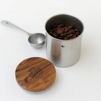 ツバメコーヒーのコーヒーキャニスター。フタには樹脂パッキンがついているため、密閉性もバッチリです。ステンレスのメジャースプーンもセットで使えます。ちいさいツバメのマークがかわいい保存容器です。
