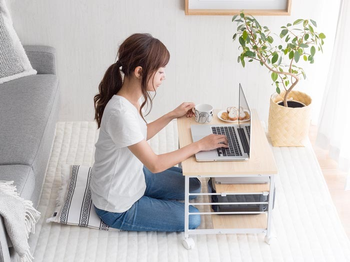 キャスター付きのロータイプのデスク。動かすのも簡単です。キャスター付きのデスクなら自分の好きな場所で作業しやすくなるので、作業スピードも上がります。  3段仕様で収納力があり、下2段の棚幅が短くなっているので座って作業するときも足がぶつかりません。