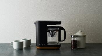 家庭で気軽に本格的なコーヒーが楽しめる電動マシン。フィルターを通すドリップ式のコーヒーメーカーは、ハンドドリップのような奥深い味わいになります。「時間がない朝も、淹れたてのコーヒーが飲みたい」という方におすすめです。象印の「スタンシリーズ」のコーヒーメーカーは、マグカップ2杯分を淹れられるちょうどいいサイズです。デザイン性もよく、キッチンにも馴染みますね。