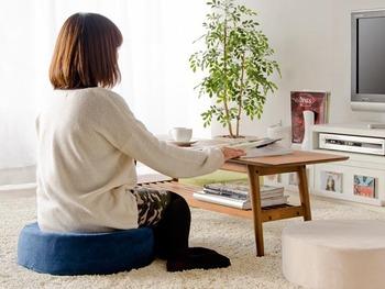 厚みのある低反発クッションは、床に座って作業するときに重宝します。  同じ大きさ・形で揃えれば、重ねて収納したときもスッキリ納まります。カラーを変えれば、おしゃれなインテリアとしても映えますね♪