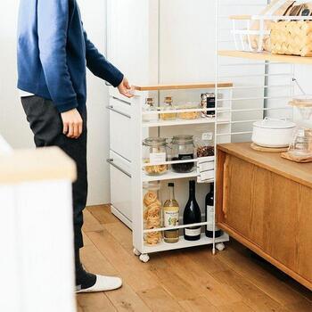 デスクの下以外にも、横の隙間があれば、スリムなキッチンワゴンも活用できます。仕事の合間に食べる軽食を準備しておいたり、スマートフォンやパソコンの充電器を置いたり、など様々な活用方法があります。  隙間に収納しなくても、棚のようにインテリアとしてレイアウトしても◎