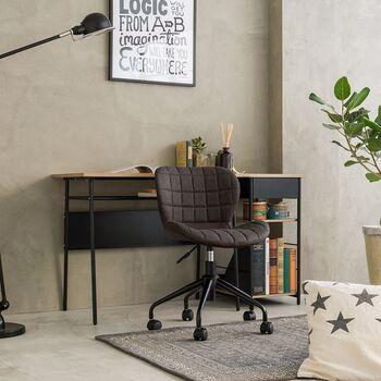デスクチェアは、普通の椅子よりも長時間作業しても疲れにくいのが特徴です。テレワークの時間が長くなって、お尻や腰が痛くなってきた…と思ったら、オフィスチェアを使ってみてはいかがでしょうか。  スタイリッシュなデザインも多いので、お部屋のインテリアとも合わせて一体感も出せます。