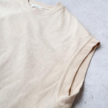 肩をさりげなくカバーするフレンチスリーブが腕を美しく見せるロング丈プルオーバー。淡く柔らかい色合いは自然由来の原料を用いた染色技法によるもの。春夏にさらっと薄手のパンツと合わせて、軽やかな着こなしを楽しみたいですね。