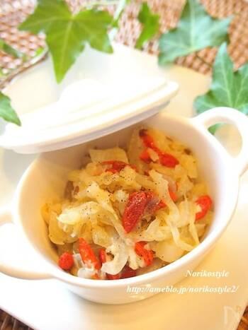 玉ねぎの甘みと、生姜の辛み。ココナッツオイルが全体をまろやかにまとめてくれる野菜系のチャツネです。赤いクコの実が、彩りを添えています。