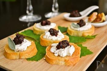 「クロスティーニ」は、イタリア語で小さなトーストという意味。小さめのパンをトーストし、チーズや肉などをのせた前菜です。いちじくなどフルーツチャツネが、おしゃれな味わい深さを与えてくれます。