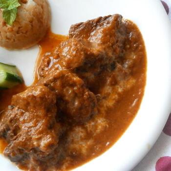マンゴーチャツネを使った本格的なビーフカレー。牛肉のブロック肉を赤ワインに一晩漬け込んで使用します。弱火でじっくり煮込んだおいしさは格別です。