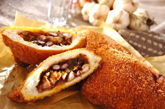 食パンで簡単にできるカレーパン。チャツネを使った手作りのスパイスカレーを、耳を落とした食パンで挟み、からりと揚げます。こちらは、オクラや豆などがたっぷり入ってヘルシーなカレーを使っています。
