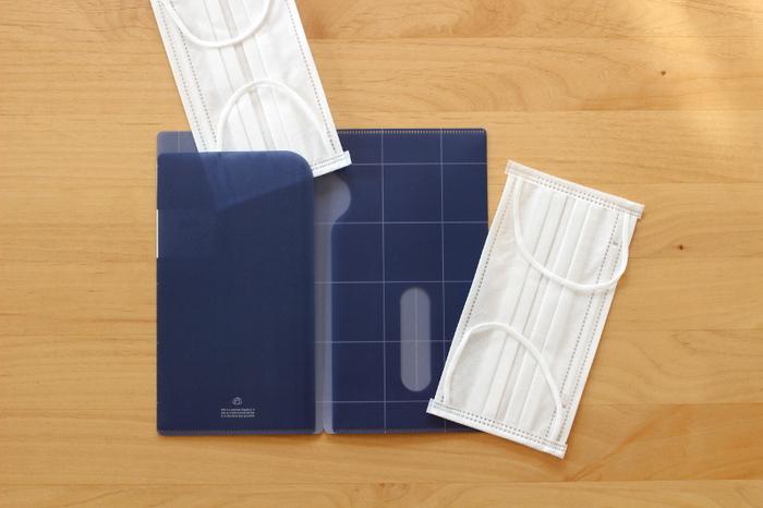 不織布マスクや布マスクの収納場所に困っていませんか?  こちらはセリアのマスクケースです。クリアファイルのような素材で、マスクを中に挟めて収納します。ファイルボックスやファイルケースに入れれば、書類やプリントのようにスッキリ収納できます♪