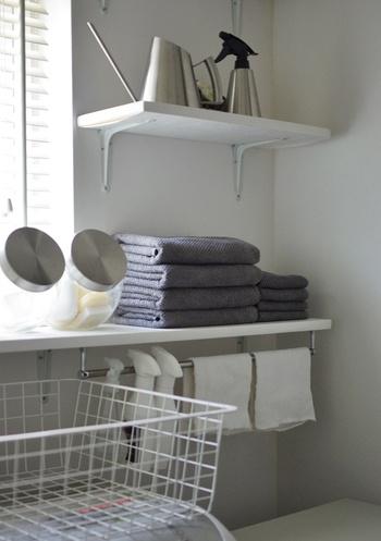 タオル類は、同じ大きさに畳んで重ねるだけでスッキリとまとまります。ポイントは同じ大きさ・形に揃えて重ねること。  棚や突っ張り棒のうえにレイアウトすると、収納ボックスに入れなくてもスッキリした見た目に。