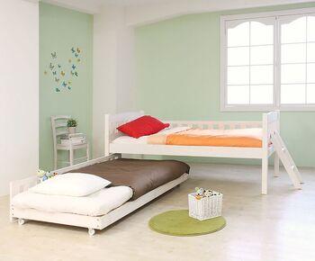 使うときだけ引き出して、普段はもう一つのベッド下に収納できる親子ベッドタイプも。2段ベッドと違い、お互いに顔を見て話ができるので、双子や仲良し兄弟にもおすすめ!