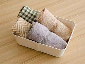 毎日使う布巾やキッチンタオルは、数も増えてかさばりがち。深めの収納ケースにくるくる丸めて収納すると見た目もおしゃれに片付きます。  布巾の色や柄ごとに収納ケースを変えても楽しいですね♪