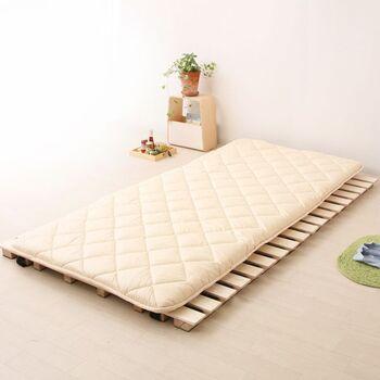 布団なら狭い部屋で寝起きする場合は寝るときだけ出したり、普段は敷きっぱなしにして友達が遊びに来た時は片付けておく、というような使い方もできます。こういったすのこタイプの折り畳めるロール式ベッドを利用すれば、湿気も防げて安心。