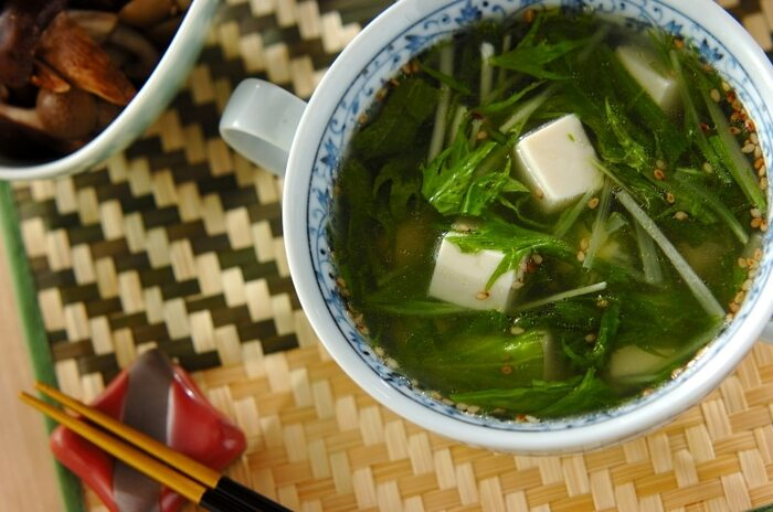 水菜のシャキシャキした食感を楽しめる中華スープ。豆腐のつるんと滑らかな喉越しも心地良い。あっさりいただけるので、濃い味の料理に合わせるとちょうどいいバランスになります。