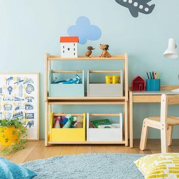 細々したおもちゃやぬいぐるみは、色分けしたボックスに定位置を作って収納。子供部屋におもちゃの居場所を作ることで、「自分のものは自分で片付ける」習慣が自然と身についていきます。