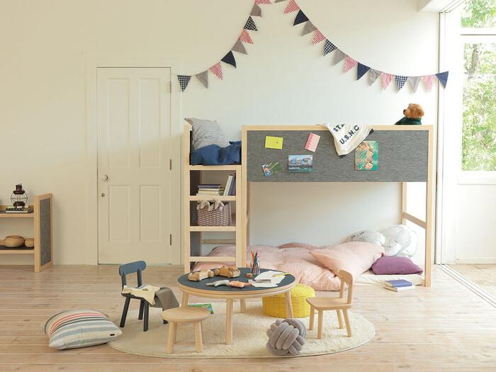 こちらは部屋の中心にテーブルを置いて、寝るだけでなく遊ぶ場所としても使えるようにしたレイアウト。子どもが小さいうちはデスクを置かずにリビング学習をさせて、子供部屋に広めのプレイスペースを作ってあげるのもいいでしょう。