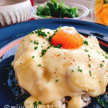 南瓜とソーセージ入りの雑穀ごはんに、とろーりラクレットチーズをかけて卵黄をトッピング!ごはんは、お好みでカレーピラフなどにしても相性◎です!お子さんにも喜ばれる一品です。