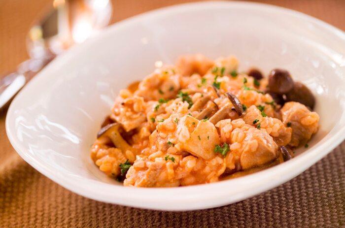 お米から作る本格リゾットもフライパンひとつで簡単に作れます。トマトとの相性の良い鶏肉とキノコを具材に。フレッシュトマトの価格が高い時は、トマトジュースを使ってトマトリゾットを作りたいですね。