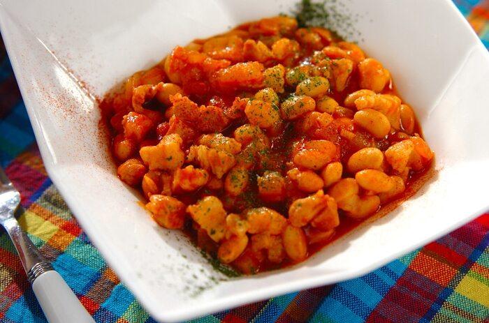 作るのが難しそうなチリコンカンですが、家にある材料で作ることができます。豚バラブロック肉と水煮大豆をトマトジュースで煮込んで作ります。ウスターソースを加えることで味の深みが増しますよ。