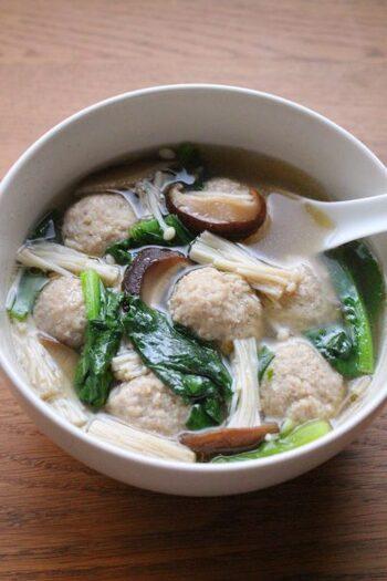 ボリューム満点!豚ひき肉の肉団子スープ。きのこをたっぷり加えるとその分スープの旨味が増して、より味わい深くなります。せっかくなら量を多めに作ってたっぷりいただきたいですね。