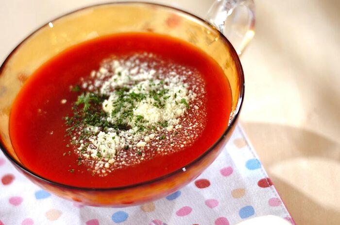 暑くて食欲がない日には、トマトジュースを使った冷製スープはいかが? オイスターソースとタバスコでスパイシーに味付けしたトマトの冷製スープ。火を使わないので、暑くて火を使いたくない日にぴったりのレシピです。