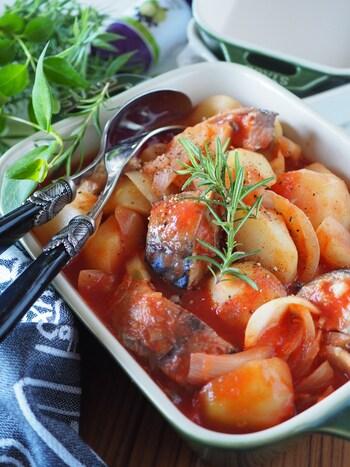 手ごろな価格で魚が食べられると人気の鯖缶。こちらのレシピは、レンジで加熱するので鍋を使いません。醤油を加えることでご飯にあうおかずになるそう。話題の鯖缶レシピのレパートリーに入れてはいかがでしょう?