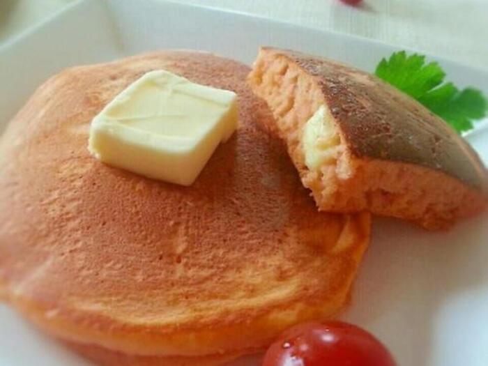 牛乳の代わりにトマトジュースを使った甘くないパンケーキ。ベビーチーズを入れて栄養満点。子どものおやつや朝食にもぴったりなレシピです。