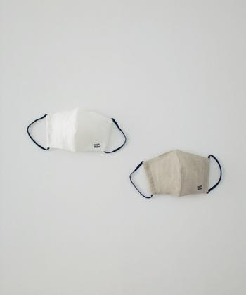 nest robe(ネストローブ) 全ての商品を国内の自社工場で1つ1つ丁寧に作っているnest Robe。 布マスクももちろん国内の工場で丁寧に作られています。nest Robe定番のリネン素材を使用した布マスクは、シンプルながら温かみのあるデザインが目を惹きます。カラーバリエーション(写真左:オフシロ・写真右:ナチュラル)とサイズ展開(M・L)があるので、自分にぴったりのカラーとサイズを選ぶことが可能です。