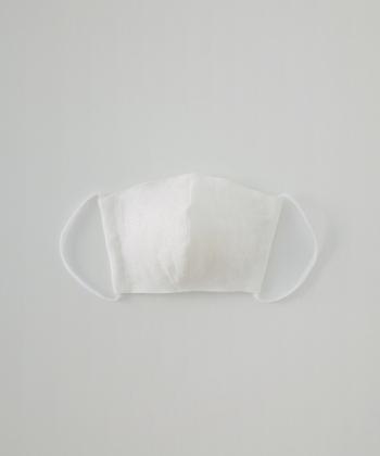 カラー:オフシロ もっともオーソドックスなカラーの布マスク。ファッションを選ぶことなく日常使いに便利な1枚です。