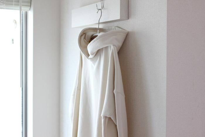 着たあとの服は汗などの湿気を吸い込んでおり、熱も持っています。そのため、脱いでそのままクローゼットへしまうのではなく、しばらく干して乾燥させてからしまうようにしましょう。風通しのいいところに吊るしておくのがおすすめです。