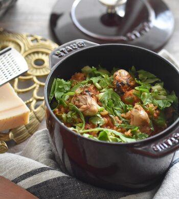 水の代わりにトマトジュースを使った洋風炊き込みご飯。こちらのレシピでは、バターでソテーした牡蠣を贅沢に使っています。他の魚介類に変えても作れるので、洋風炊き込みご飯のレシピは覚えておきたいですね。