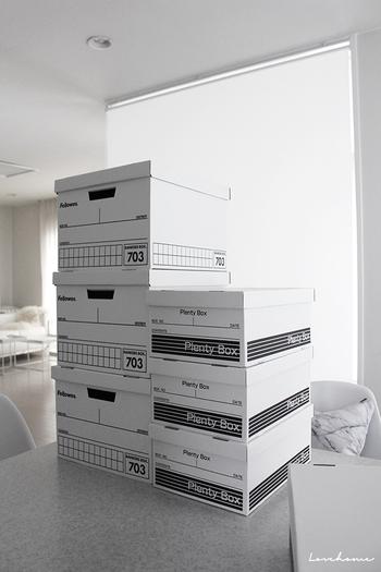 段ボールなど紙の素材は湿気を吸収しやすいので、紙製の収納ボックスを使っている人は、湿気対策をしておきましょう。箱の底に除湿シートを敷いてから、ものを収納するのがおすすめ。衣類をしまうなら、乾燥剤や防虫剤もあわせて入れておくと安心ですね。