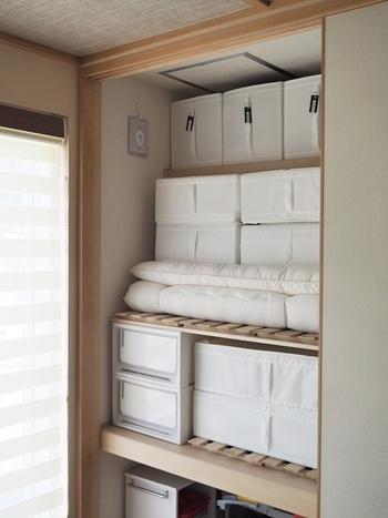 押入れに布団をしまう人も多いはず。そのまま直接しまうと空気の通り道が少なくなるので、すのこを使うのがおすすめです。布団の下はもちろんですが、壁側や奥側にもすのこを立てて使うと、より通気性がよくなります。