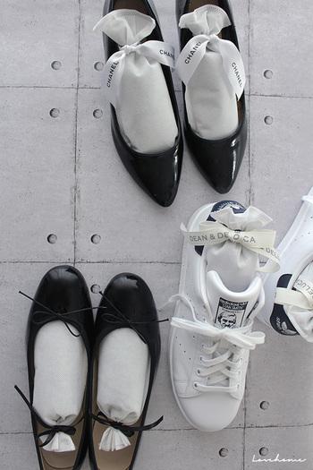 脱いだ直後の靴は汗などで湿気を吸っています。そのため、すぐに下駄箱にしまわず、しっかり乾燥させてからしまいましょう。たたきの所に並べておくだけでOK。乾燥材や除湿剤を入れて待機させるのもおすすめです。