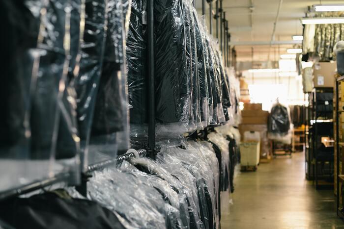 クリーニング店などでもらうビニール製のカバーは湿気がこもってしまいます。クローゼットにしまう時には必ず外してからにしましょう。礼服やスーツなど着る機会が少ない服なら、不織布のカバーをかけておくと安心。カバーによっては防虫加工などが施されているものもあります。