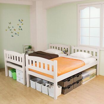 こちらは並べても使えるタイプの2段ベッド。高さがあるので、下にたっぷり収納ができて省スペースです。