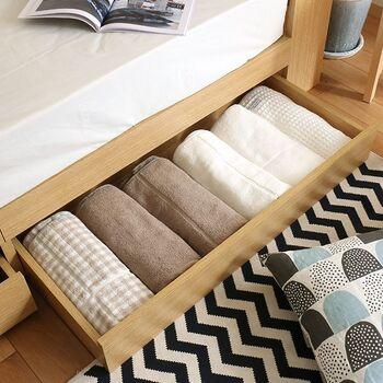 湿気対策はついついクローゼットや押入ればかりに目が行ってしまいますが、ベッド下も忘れないように注意しましょう。ベッドのマットレスは寝た時の湿気を吸収しているので、その下の収納部分も湿気が溜まりやすいです。定期的に引き出しや収納ケースを出して換気することを忘れないようにしましょう。