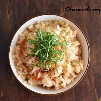 鶏ガラスープとごま油を加えて中華風に仕上げたプチトマトが主役の炊き込みごはん。トッピングに大葉を添えて。爽やかな風味が口の中に広がって美味しいですよ。