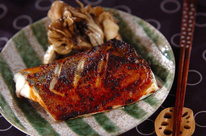淡白な味わいのさわらに味噌マヨを塗って焼いたシンプルレシピ。味噌マヨが香ばしくておいしい一品になります。いつもの焼き魚を少し味変してみては?