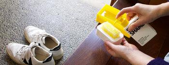 クリーナージェルとブラシ、水を溜めるためのトレーが一つになっていて、一人暮らし用の狭い玄関などでもお手入れ可能なコンパクトさ。  キャンバス素材はもちろん、レザー素材など全ての素材のスニーカーに使用可能なんだとか…!